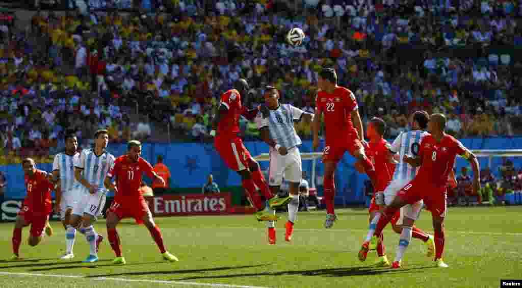 ارجنٹینا کے روجو جمپ کرکے ہیڈر سے فٹبال کو کھیلتے ہوئے