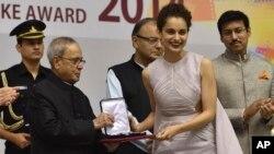 کنگنا رناوت بھارتی صدر انعام وصول کر رہی ہیں