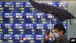 2月4日东京一家证券公司前的电子股票看板