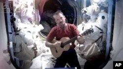 """Astronot Chris Hadfield merekam video musik pertama dari luar angkasa, Minggu (12/5), menyanyikan """"Space Oddity"""" dari David Bowie. (NASA)"""