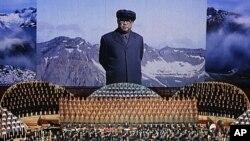 北韓締造者金日成的大型肖像星期一出現在平壤的一場音樂會上。這場音樂會是慶祝金日成百歲誕辰的部份內容。