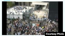 香港学生在政府总部外继续示威(网络截图)