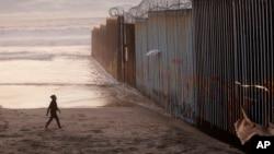 میکسیکو کے ساتھ سرحد پر دیوار کی تعمیر صدر ٹرمپ کا ایک اہم انتخابی وعدہ ہے جسے وہ ہر صورت پورا کرنا چاہتے ہیں۔ (فائل فوٹو)