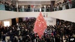 香港抗議者在聖誕節平安夜遊行走過一家商場。(2019年12月24日)