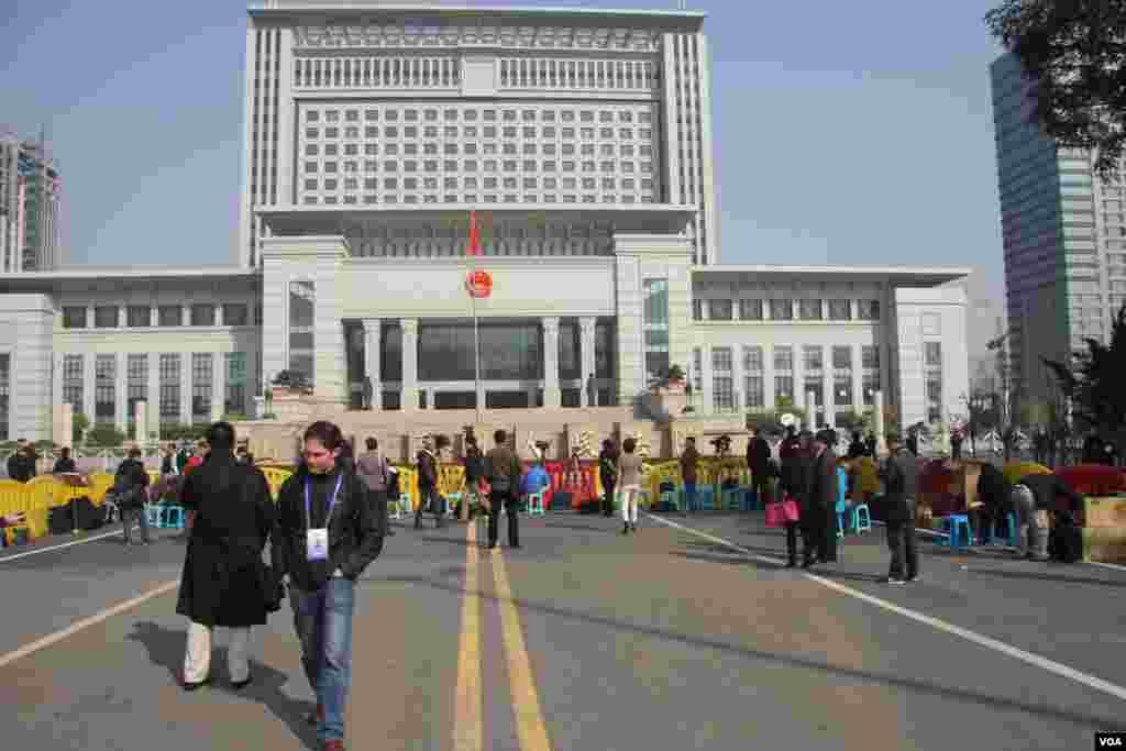 山东高级人民法院外面的媒体拍摄采访区。