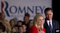 Republican သမၼတေလာင္းအျဖစ္ ေရွ႕ကေျပးေနတဲ့ မက္ဆက္ခ်ဴးဆက္ အုပ္ခ်ဳပ္ေရးမႉးေဟာင္း Mitt Romney နဲ႔ ဇနီး Ann Romney တို႔ အီလီႏိြဳက္ေဒသခံေတြကို ႏႈတ္ဆက္ေနစဥ္။ မတ္လ ၂၀၊ ၂၀၁၂။