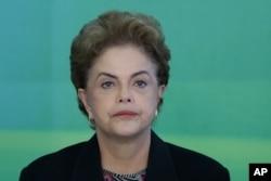 ປະທານາທິບໍດີ ທ່ານນາງ Dilma Rousseff ເຂົ້າຮ່ວມກອງປະຊຸມທີ່ມະຫາວິທະຍາໄລ ໃນ ທຳນຽບປະທານາທິບໍດີ Planalto, ໃນນະຄອນ Brasilia, Brazil, 11 ມີນາ, 2016.