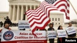 9일 미국 워싱턴 대법원에서 소수계 우대 정책에 대한 심리가 열린 가운데, 건물 밖에서 아시아계 대학생들이 시위를 벌이고 있다.