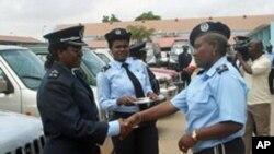 "Elizabeth Frank ""Bety"" cumprimenta agentes do Comando Provincial de Luanda"