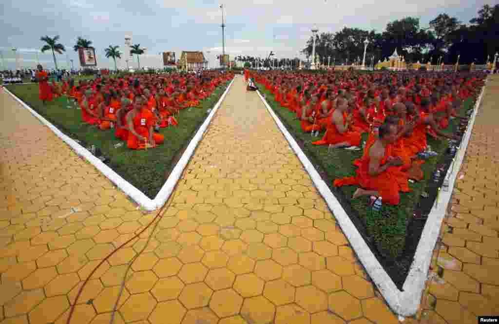 Các vị sư cầu nguyện trước Hoàng cung Campuchia, trong một buổi lễ ở Phnom Penh. Một cuộc lễ kéo dài ba ngày đưa di hài của vua Norodom Sihanouk từ nơi hỏa táng về Hoàng cung sẽ bắt đầu vào ngày 10 tháng 7.