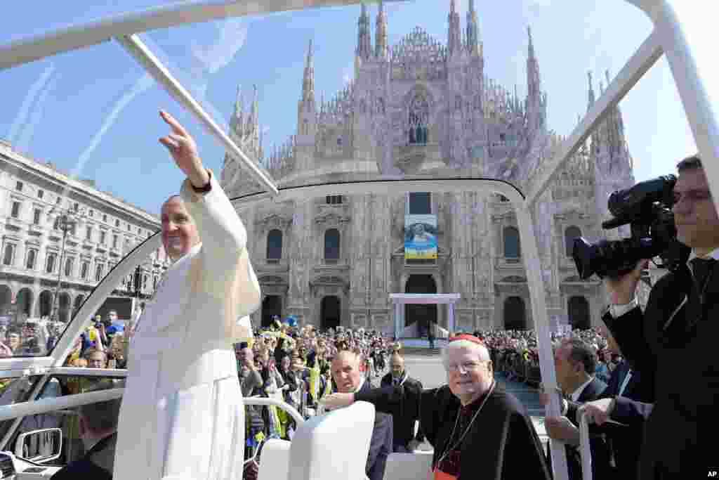خداحافظی پاپ فرانسیس، رهبر کاتولیک های جهان پس از اتمام سفر یک روزه اش در دیدار از اعضای کلیسای کاتولیک مونزا و میلان.