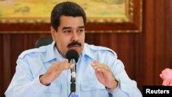 El gobierno de Venezuela evita el costo del aumento de la gasolina en vísperas de año electoral.