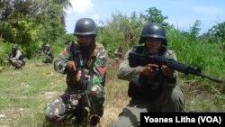 TNI Brimob jaga Poso Pesisir Bersaudara (VOA/Yoanes Litha)