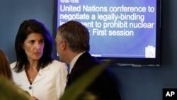美国驻联合国大使妮基·黑利3月27日在联合国总部的联大会议外面