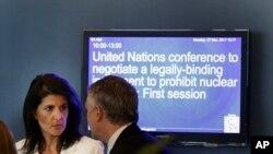 Duta Besar Amerika Serikat untuk PBB Nikki Haley di luar Majelis Umum PBB di kantor pusat PBB, New York, 27 Maret 2017. (AP Photo/Seth Wenig)