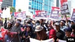 Massa menggelar aksi solidaritas di Jakarta (16/8), dan mendesak agar Amerika Serikat bertindak untuk menghentikan kekerasan berdarah di Mesir (VOA/Fatiyah).