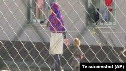 Jedna od majki sa detetom u Pritvornom centru za strance (Foto: AP TV screenshot)