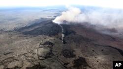 Dhoosaa Iddoolaa Hawaahii keessaa Volkaanoon Kilaueaa keessaa tokkahuuf dhudhukate aara gadi dhiisa.Ebla 3,2018. (U.S. Geological Survey via AP)