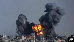 Fumo de uma explosão após um ataque israelita à cidade de Gaza, Julho 22, 2014