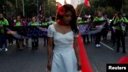 Seorang perempuan ambil bagian dalam demonstrasi untuk memperingati Hari Penghapusan Kekerasan terhadap Perempuan di Mexico City (25/11). (Reuters/Carlos Jasso)