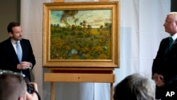 """Museum Van Gogh hari Senin (9/9) mengungkapkan sebuah lukisan cat minyak pemandangan bernama """"Mentari Tenggelam di Montmajour."""""""
