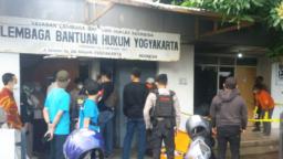 Polisi melakukan olah TKP pada Sabtu, 18 September sore, terkait serangan molotov di kantor LBH Yogya. (Foto: Courtesy/LBH Yogya)