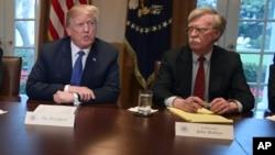 عکس آرشیوی از جان بولتون در کنار پرزیدنت ترامپ