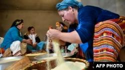 Wanawake wa Ki-Berber Algeria watayarisha Couscous kuadhimisha mwaka mpya kijijini Ait el-Kecem