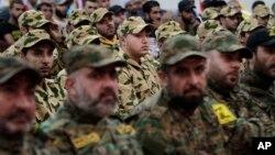 Para anggota pasukan Hizbullah Lebanon mendengarkan pidato dari pemipin mereka, Sheik Hassan Nasrallah, di Beirut, Lebanon (foto: dok).