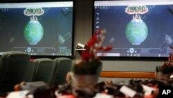 Monitor-monitor komputer menyala di Pusat Pelacakan Sinterklas NORAD di Pangkalan Udara Peterson, Colorado Springs, Colorado, 23 Desember 2019. (Foto: Associated Press)