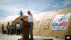 美國國務卿克里訪問菲律賓受颱風影響地區﹐同時宣佈對菲律賓軍事援助。