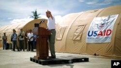 AQSh davlat kotibi Jon Kerri Filippinning tayfundan eng qattiq zarar ko'rgan Takloban qishlog'ida, 18-dekabr, 2013-yil