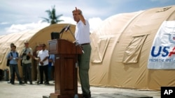Menlu AS John Kerry memberikan sambutan saat mengunjungi wilayah yang terkena dampak topa Haiyan di Tacloban, FIlipina (18/12).