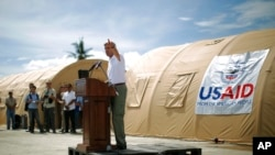 2013年12月18日,美国国务卿克里访问菲律宾台风重灾区塔克洛班时发表讲话。