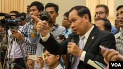 Um Sam An, a prominent opposition lawmaker challenges Cambodian officials about border issue at a press conference about official map used for border post at the Council of Ministers on July 2nd, 2015. (Neou Vannarin/VOA Khmer)