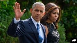 2016年7月12日,美国总统奥巴马和夫人米歇尔在离开白宫时招手致意。他们将乘空军一号专机前往达拉斯。