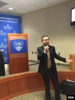 中国金融论坛研究院院长萧耿在《2015IFF中国报告》发布会上说,有关中国经济的评论大多低估了其改革和韧性。(美国之音萧洵拍摄)