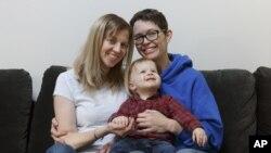 """Un simple formulario del hospital que no era ofrecido a las parejas del mismo sexo porque había que marcar las casillas """"madre"""" y """"padre"""" tiene ahora géneros neutrales en algunos estados."""