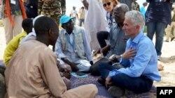 Le secrétaire général adjoint aux affaires humanitaires des Nations Unies (OCHA) et le Coordonnateur des secours d'urgence Mark Lowcock, à gauche, discute avec des hommes dans un camp des Nations Unies pour les réfugiés et les personnes déplacées à Ngag, au Niger, 10 septembre 2017.
