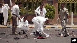 Expertos recopilan evidencias en el sitio del atentado, cerca del palacio presidencial en Saná.