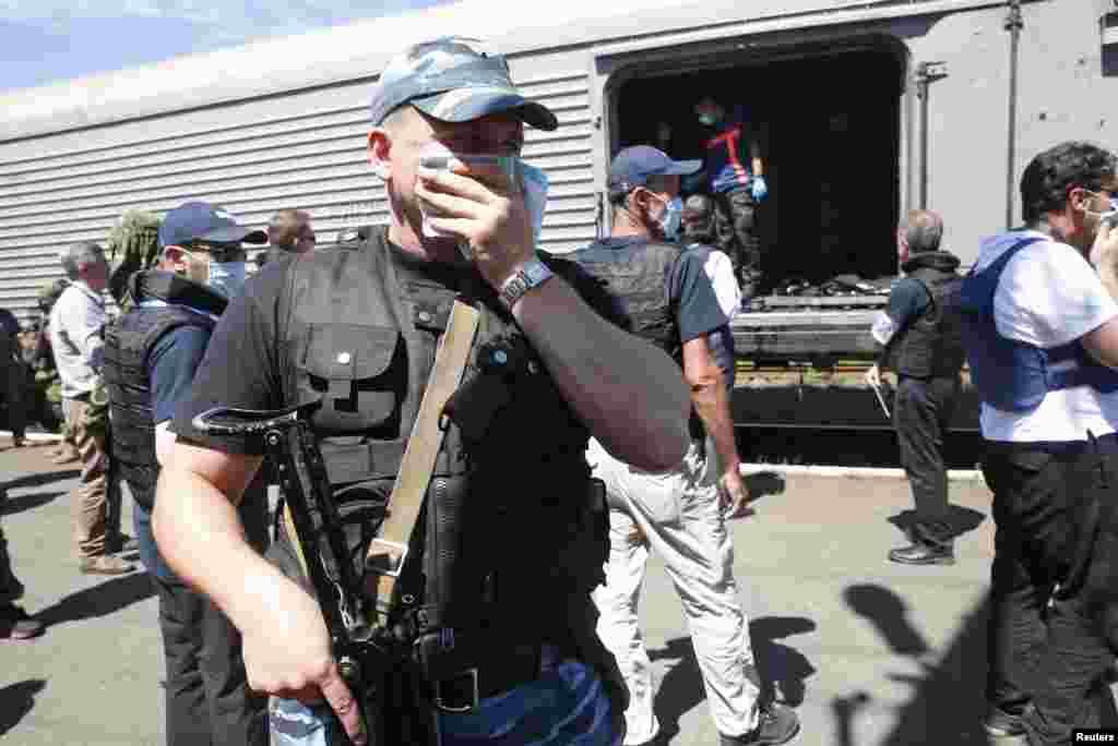 Toa xe đông lạnh chứa thi thể các nạn nhân của chuyến bay MH17 bị bắn rơi tại một nhà ga ở thị trấn Torez, vùng Donetsk, ngày 20/7/2014.
