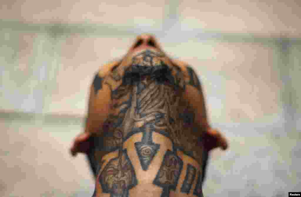 Vrat i podbradak jednog pripadnika ulične bande Mara 18, sada zatvorenog u zatvoru Izalco 60-ak kilometara od San Salvadora, El Salvador.