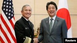 Thủ tướng Nhật Bản Shinzo Abe (phải) bắt tay Đô độc Harry Harris (L), chỉ huy Bộ Tư lệnh Thái Bình Dương của Quân đội Mỹ, khi ông Harris thực hiện chuyến thăm đáp lễ tới dinh thủ tướng ở Tokyo, Nhật Bản, ngày 16 tháng 11, 2017.