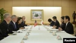 Menteri Pertahanan Amerika, James Mattis (dua dari kiri) dan Menlu Jepang Fumio Kishida (kanan) di kantor Kementerian Luar Negeri Jepang di Tokyo, Jepang (3/2).