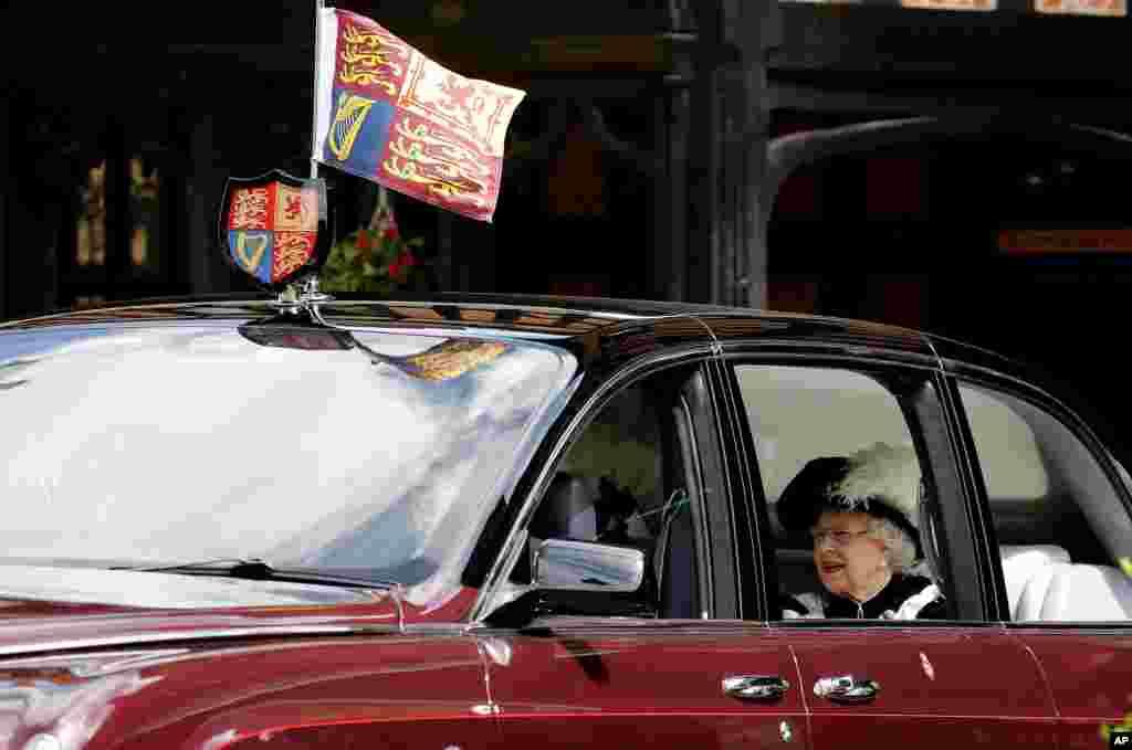 ملکه بریتانیا با خودروی تشریفاتی اش به مراسمی در قلعه ویندسور برای اعطای «نشان بند جوراب» می رود. این از جمله نشانهایی است که توسط پادشاه یا ملکه بریتانیا اعطا می شود و از ایران، ناصر الدین شاه از یکصد سال پیش آن را از ملکه ویکتوریا دریافت کرد.