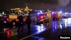 Vozila policije i vatrogasaca na obali Dunava nakon što se turistički brod prevrnuo i potonuo u Budimpešti, Mađarska, 29. maja 2019.