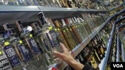 러시아 상점에 진열된 보드카 (자료사진)