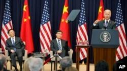 10일 미국 국무부에서 열린 전략경제대화에서 중국의 양제츠 외교담당 국무의원(왼쪽)과 왕양 부총리(가운데)가 조 바이든 미국 부통령(오른쪽)의 개회연설을 듣고 있다.