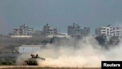 Yon machin blende izrayelyen ap retounen ann Izrayèl apre li fin travèse pati nò fwontyè a ak Bann Gaza a. Dat: Lendi 28 jiyè 2014.