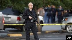 지난해 7월 20일 콜로라도주 극장 총기 난사 사건 범인의 집을 지키는 경찰.